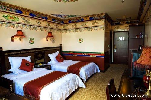 日喀则藏隆大酒店拥有各类客房,采用藏式装修风格,民族花纹